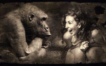 女性とチンパンジー